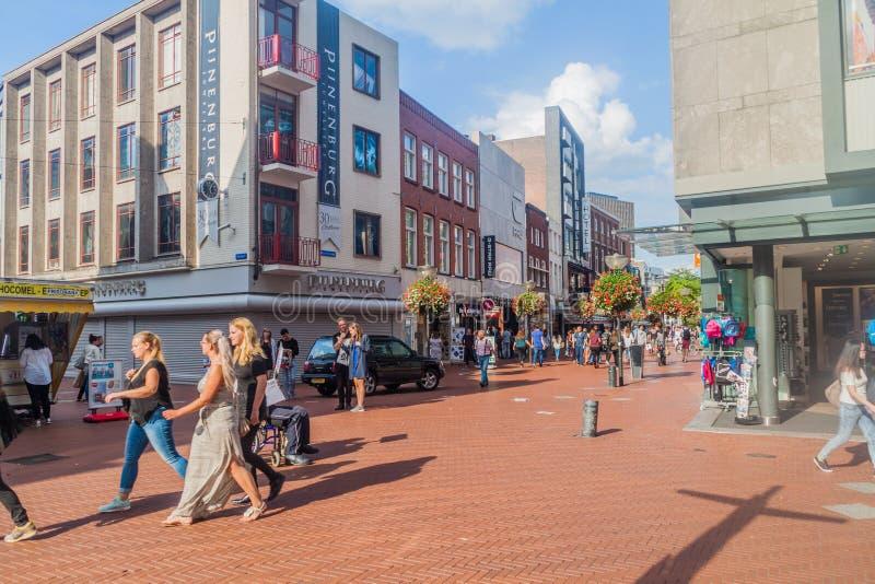 EINDHOVEN, DIE NIEDERLANDE - 29. AUGUST 2016: Leute gehen an der Fußgängerstraße in der Mitte von Eindhoven, Netherland stockfotografie