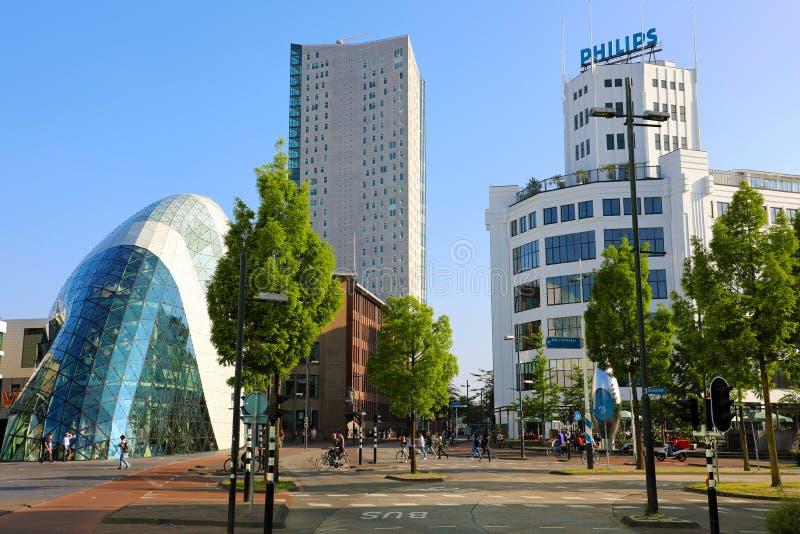 EINDHOVEN NEDERLÄNDERNA - JUNI 5, 2018: Dagsikt av den gamla Philips fabriksbyggnaden och modern futuristisk byggnad i staden fotografering för bildbyråer