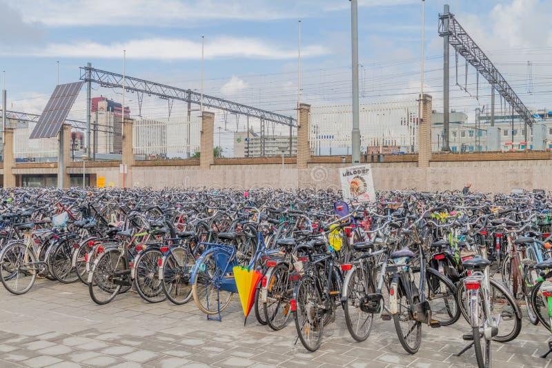 EINDHOVEN, NEDERLAND - AUGUSTUS 29, 2016: Fietsparkeren dichtbij een station in Eindhoven, Netherland royalty-vrije stock fotografie