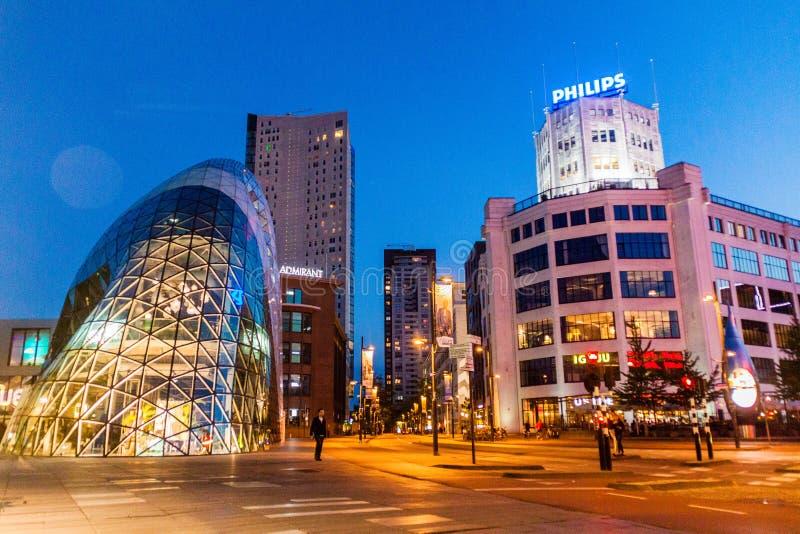EINDHOVEN, NEDERLAND - AUGUSTUS 29, 2016: Moderne architectuur en Philips die Eindhove inbouwen stock afbeelding