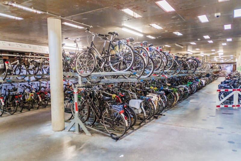 EINDHOVEN, NEDERLAND - AUGUSTUS 29, 2016: Ondergronds fietsparkeren bij 18 Septemberplein vierkant in Eindhove stock foto