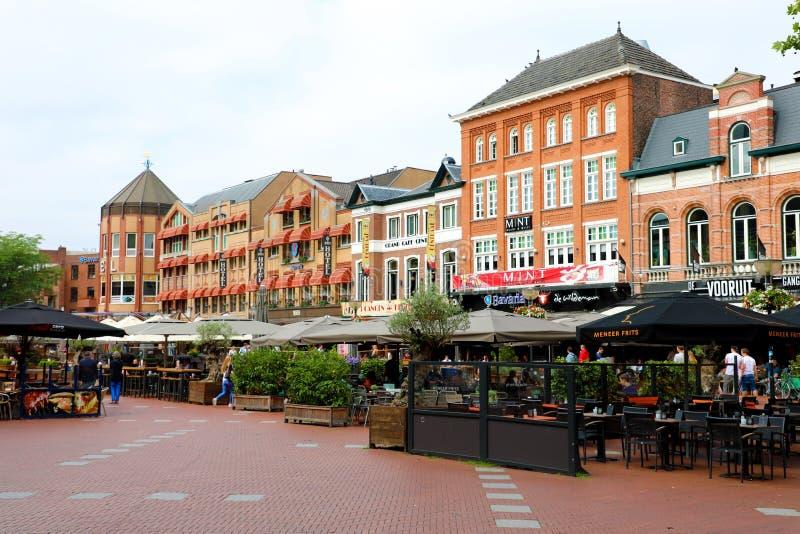 EINDHOVEN, NEDERLAND - JUNI 5, 2018: mensen in restaurants bij stock afbeelding