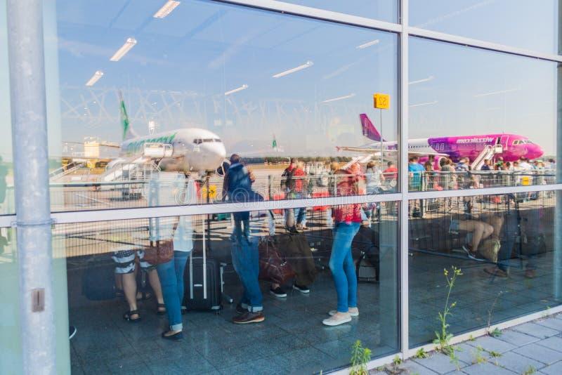 EINDHOVEN, PAÍSES BAJOS - 31 DE AGOSTO DE 2016: Reflexiones de aeroplanos en bulding del terminal del aeropuerto de Eindhoven foto de archivo