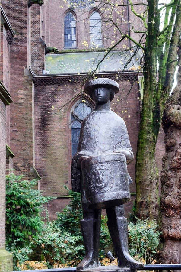 Eindhoven, Paesi Bassi, novembre 2019 Statua di un piccolo batterista vicino alla chiesa cattolica di Santa Caterina fotografie stock libere da diritti