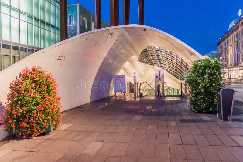EINDHOVEN, PAYS-BAS - 29 AOÛT 2016 : Entrée à un stationnement souterrain de bicyclette à la place de 18 Septemberplein dedans images stock