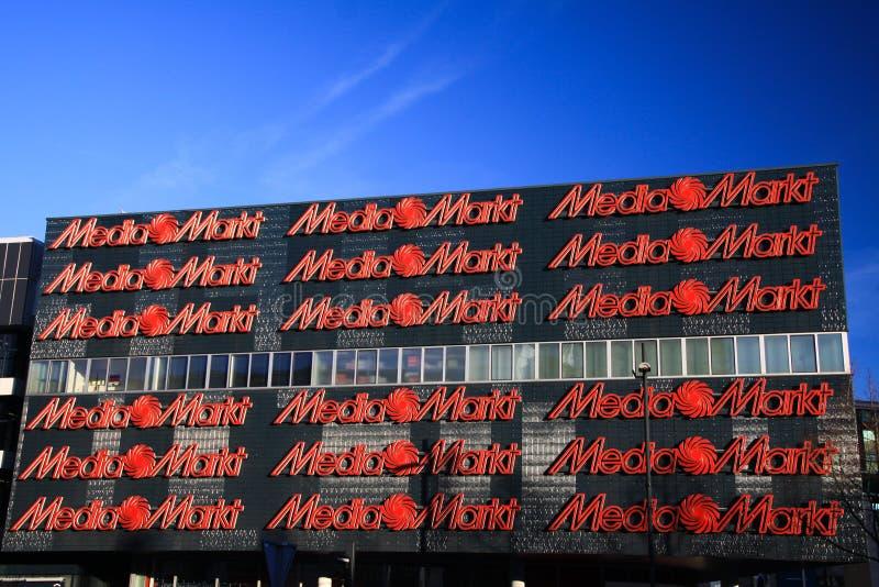 EINDHOVEN SOM ÄR NEDERLÄNDSK - FEBRUARI 16 2019: Fasad av Media Markt med röda bokstäver mot blå himmel royaltyfri bild
