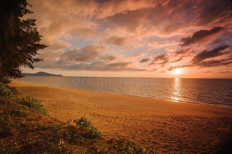 Eindrucksvoller Sonnenuntergang auf ruhigem See in Thailand stockbild
