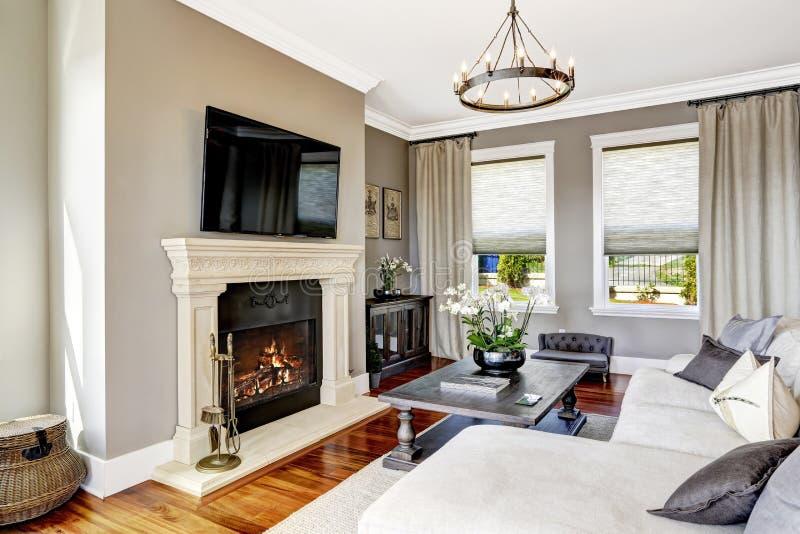 Eindrucksvoller Wohnzimmerinnenraum im Luxushaus stockfoto