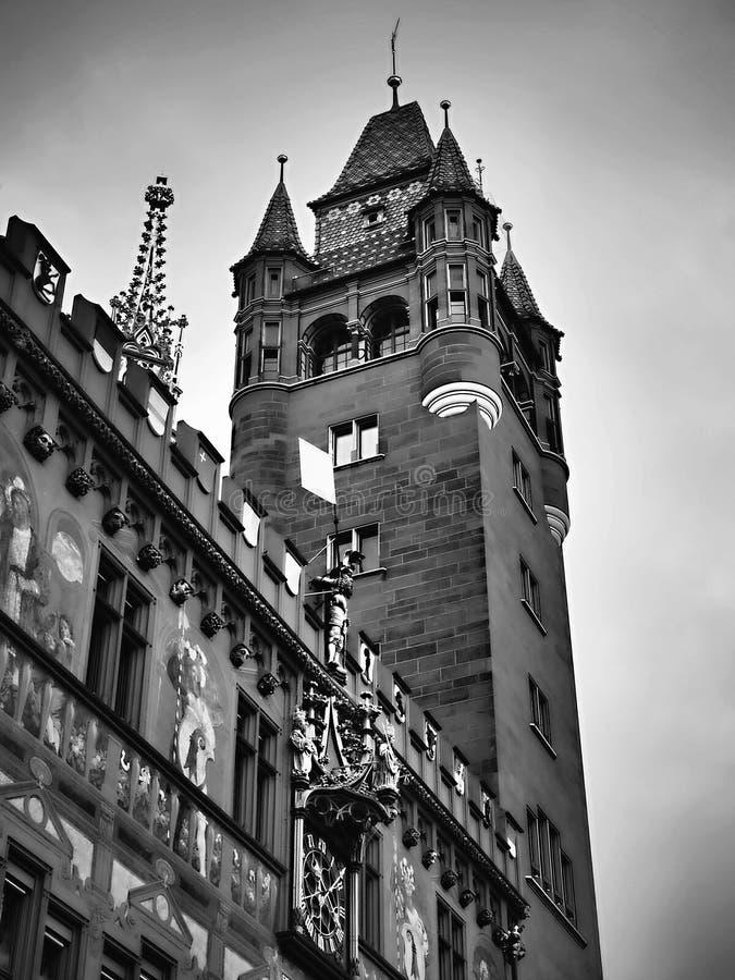 Eindrucksvolles Gebäude eines mittelalterlichen Rathauses Es ist im Stadtzentrum, bemerkt ein mit Ziegeln gedecktes Dach stockfotos