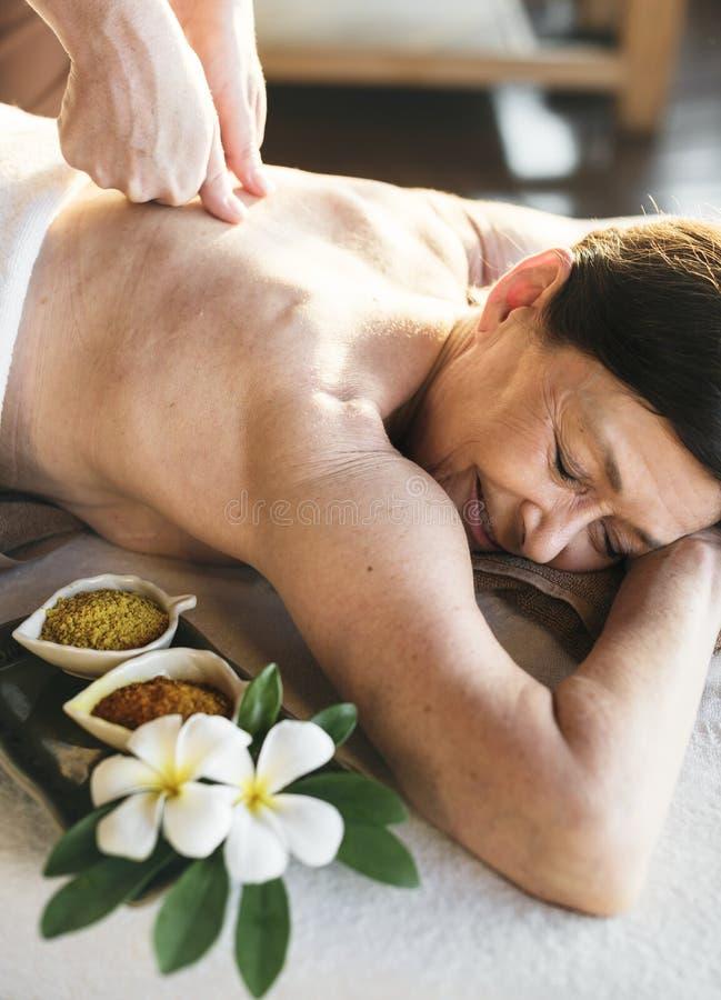 Eine ältere Frau, die eine Massage am Badekurort hat lizenzfreie stockfotografie