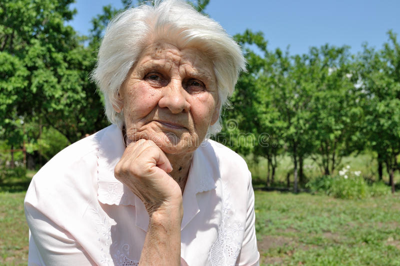 Eine ältere Frau, Gedanke lizenzfreie stockfotografie