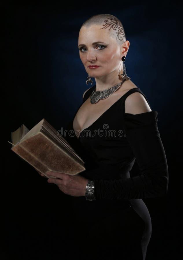 Eine ältere kahle Frau lizenzfreies stockbild