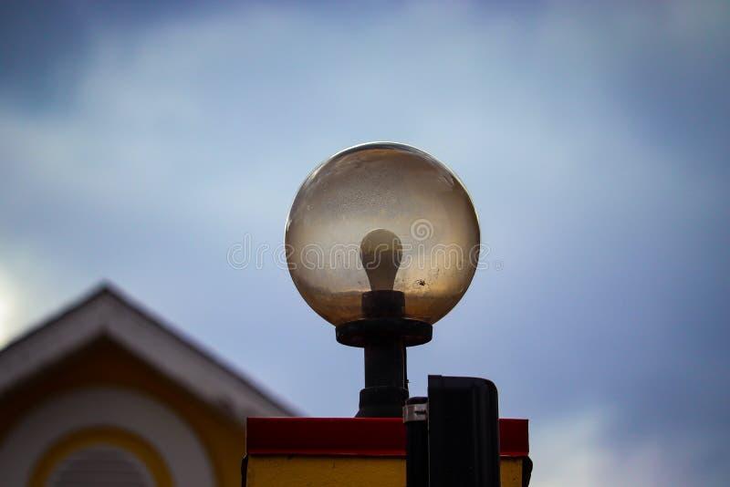 Eine äußere Lampe auf der Landschaft stockbilder