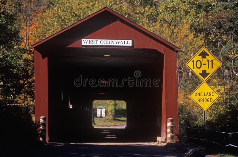 Eine überdachte Brücke entlang szenischem Weg 7 in West-Cornwall, Connecticut stockbilder