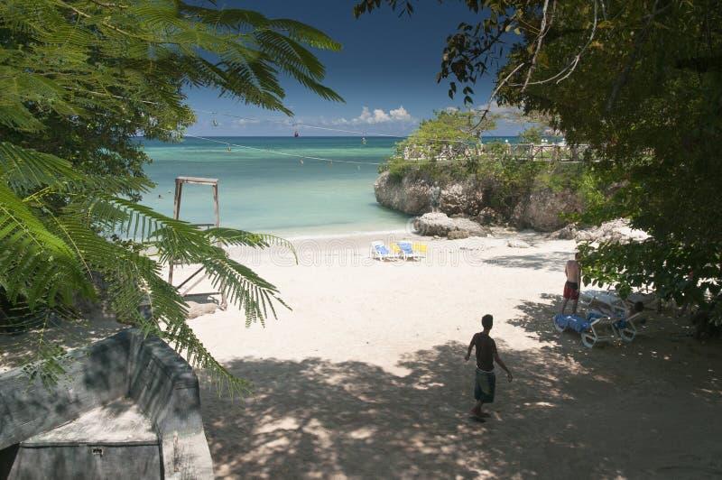 Eine abgelegene Bucht nahe Guardalavaca-Strand Kuba lizenzfreies stockfoto