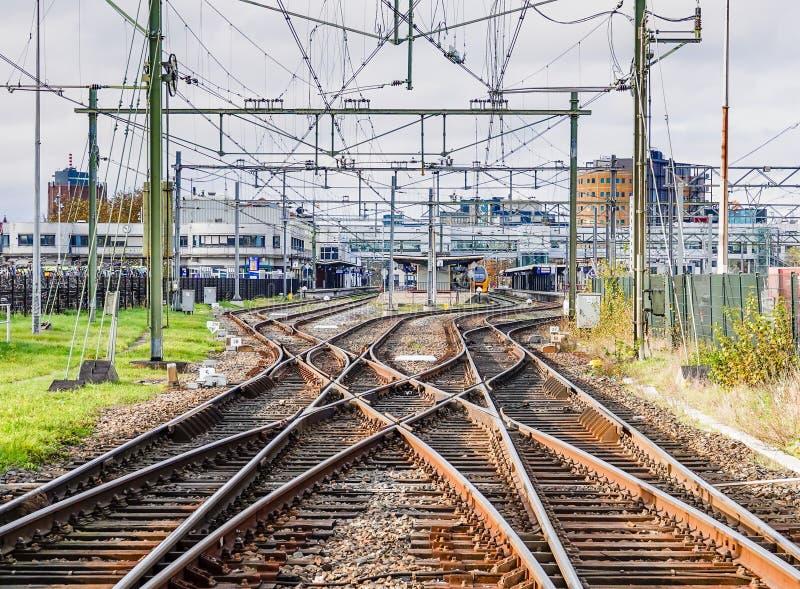 Eine abstrakte Ansicht von den Eisenbahnlinien, die zu eine beschäftigte Station führen stockfoto