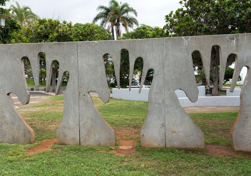 Eine abstrakte künstlerische Installation mit dem Motiv einer menschlichen Hand in einem Park in Funchal madeira portugal lizenzfreie stockbilder
