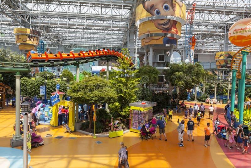 Eine Achterbahn macht oben am Mall von Amerika in Bloomin Reißverschluss zu lizenzfreie stockbilder
