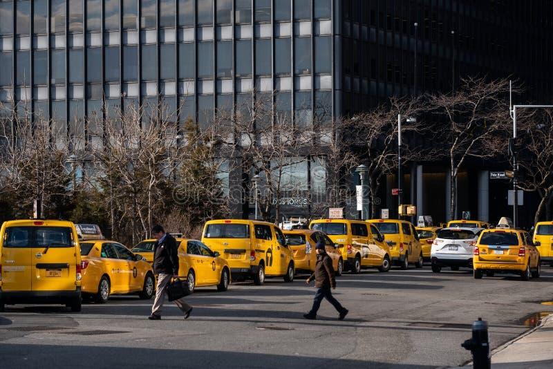 Eine allgemeine Straßenansicht von den gelben Fahrerhäusern, die in Südfährenbereich im Finanzbezirks-Lower Manhattan New York Ci lizenzfreie stockfotografie