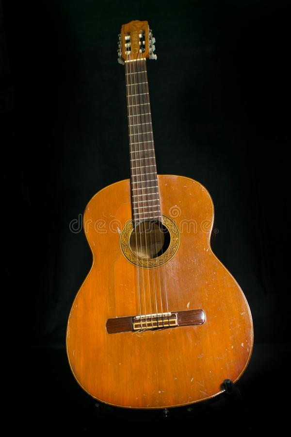 Eine alte Akustikgitarre stockbild