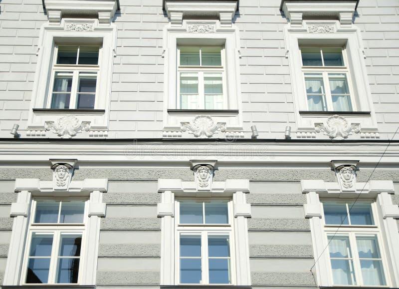 Eine alte Fassade mit sechs Fenstern stockbilder
