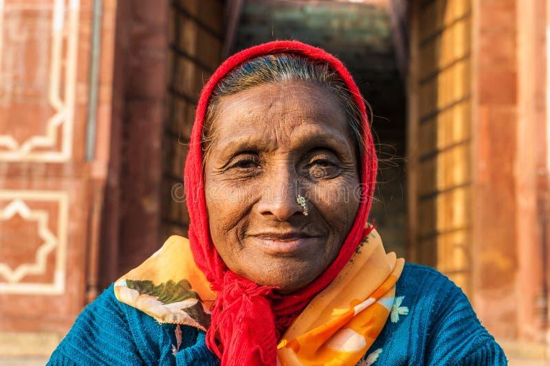 Eine alte Frau mit einem Wekzeugspritzenring stockfoto