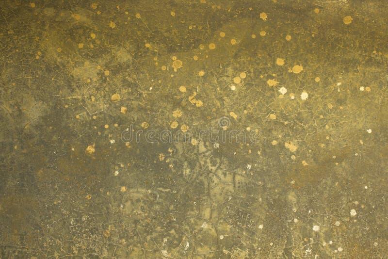 Eine alte graue gelbe schmutzige Betonmauer mit Sprüngen und weißen Stellen der Farbe Raue Oberflächen-Beschaffenheit lizenzfreie stockfotos