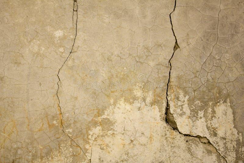 Eine alte graue weiße Betonmauer mit den tiefen und kleinen Sprüngen Raue Beschaffenheit lizenzfreie stockfotos