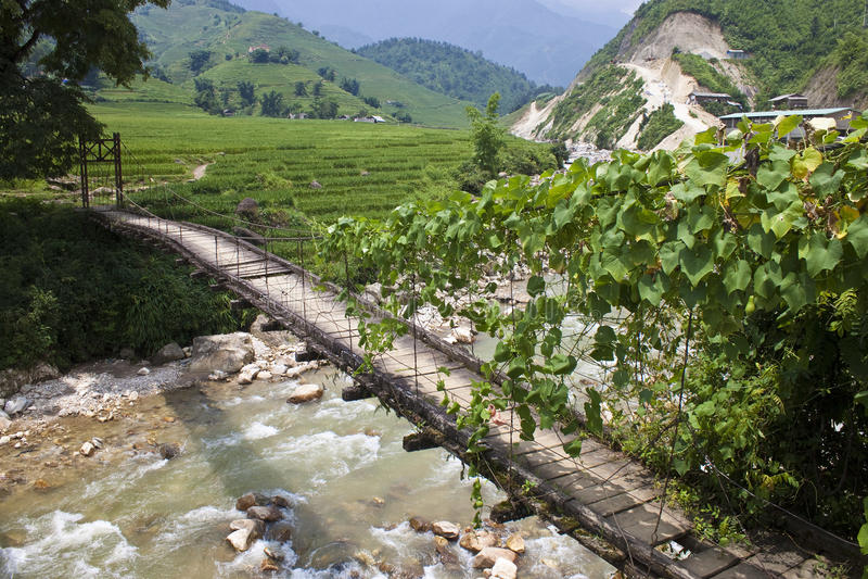 Eine alte hölzerne Fußbrücke stockfoto