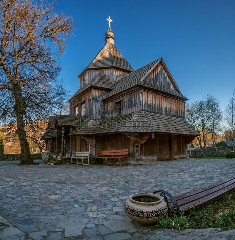 Eine alte hölzerne orthodoxe Kirche in Kamianets-Podilskyi, Wester stockfotos
