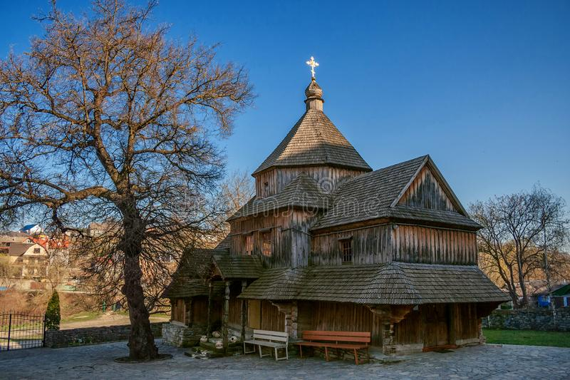 Eine alte hölzerne orthodoxe Kirche in Kamianets-Podilskyi, Wester stockbilder