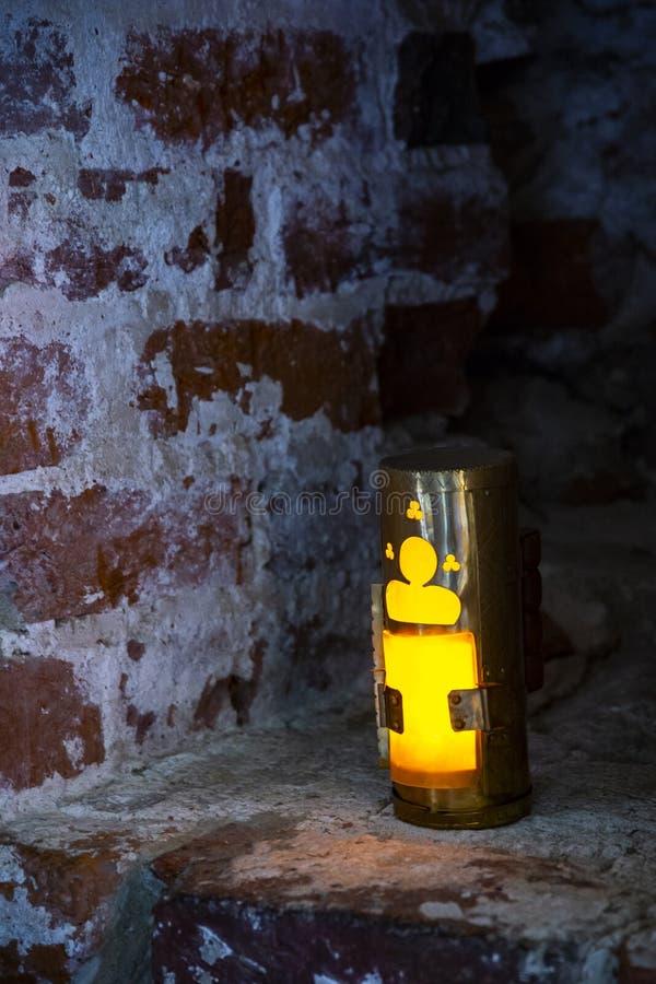 Eine alte Kerzenlampe in der Nische auf Backsteinmauer Alte Kerzenlaterne belichtet von der Nische lizenzfreies stockbild