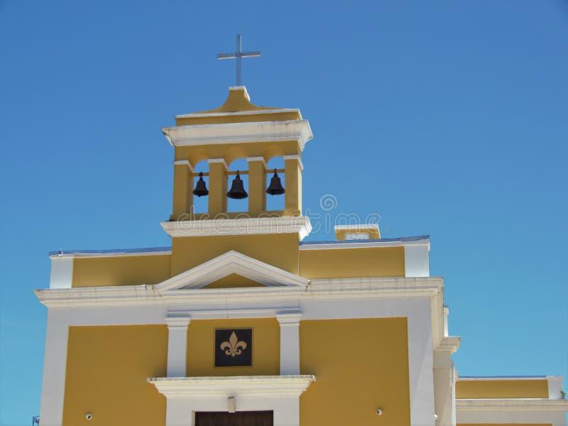 Eine alte, koloniale Kirche aus spanischer Zeit in Dorado, Puerto Rico lizenzfreies stockfoto