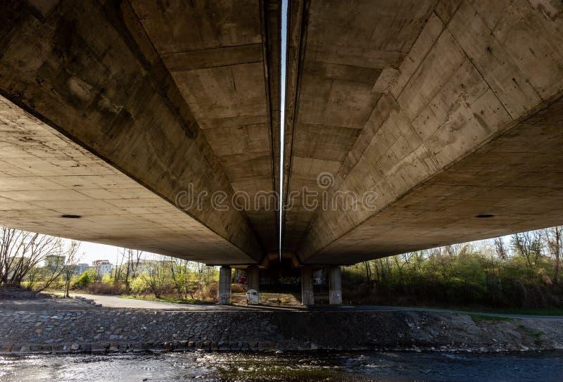 Eine alte konkrete Straßenbrücke in der Tschechischen Republik lizenzfreies stockbild