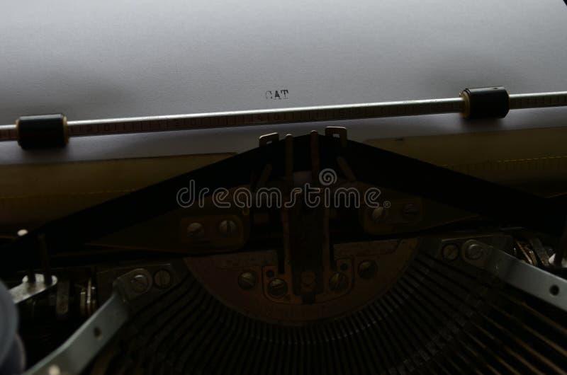 Eine alte manuelle Schreibmaschine mit seinen Arbeits-keyes mit Zahlen und Buchstaben lizenzfreie stockbilder