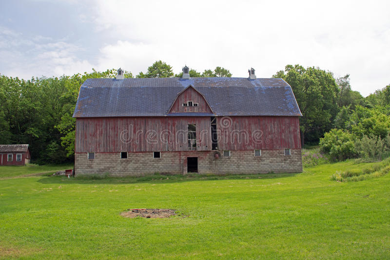 Eine alte rote Scheune mit einem blauen Dach stockfoto