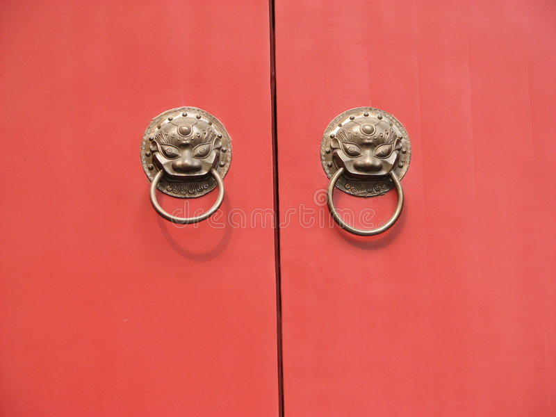 Eine alte rote Tempeltür des traditionellen Chinesen stockfotografie