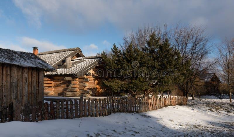 Russische Blockhäuser eine alte russische hölzerne hütte winterlandschaft mit einem