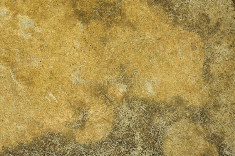 Eine alte schmutzige gelbe weiße graue Betonmauer mit Kratzern und Schäden und Formflecken Raue Oberflächen-Beschaffenheit stockfotografie
