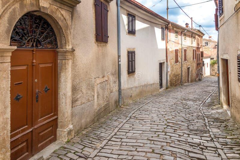 Eine alte Steinstraße in der Stadt von Motovun auf Istria lizenzfreie stockfotos