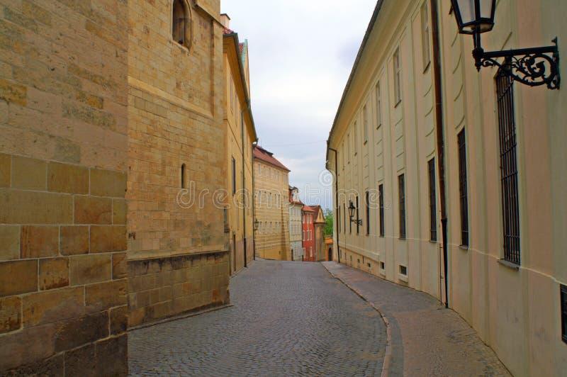 Eine alte Straße in der Hauptstadt der Tschechischen Republik lizenzfreies stockbild