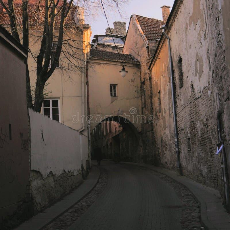 Eine alte Straße in Vilnius stockbilder