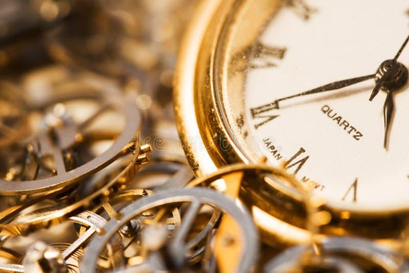 Alte Uhr und Gänge stockbilder