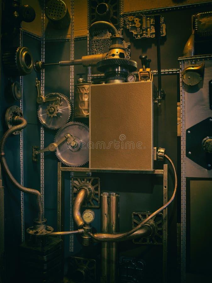 Eine alte Weinlesewand mit Mechanismen in der steampunk Art stockfotografie