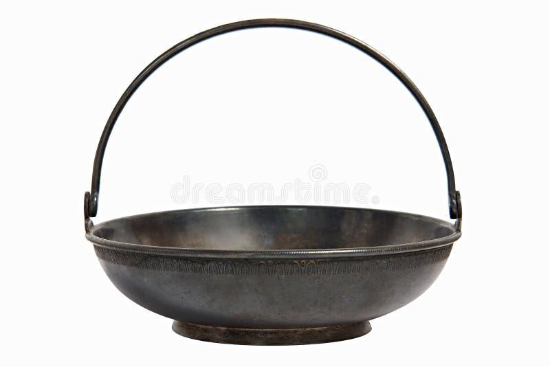Eine altes Metallmessingzuckerschüssel für Zuckerraffinade in Form eines flachen Korbes mit einem Griff Elegante Teller können al lizenzfreie stockfotos