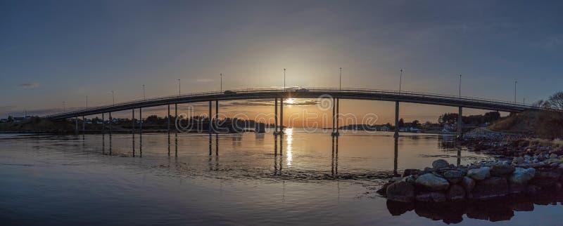 Eine andere Brücke im Sonnenuntergang in Stavanger, hafrsfjord in einem Panorama stockfotografie