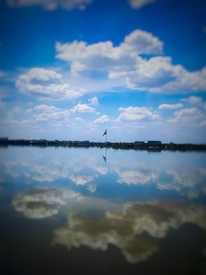 Eine angenehme Ansicht der indischen Flagge mit schönem bewölktem Hintergrund des blauen Himmels stockfotos