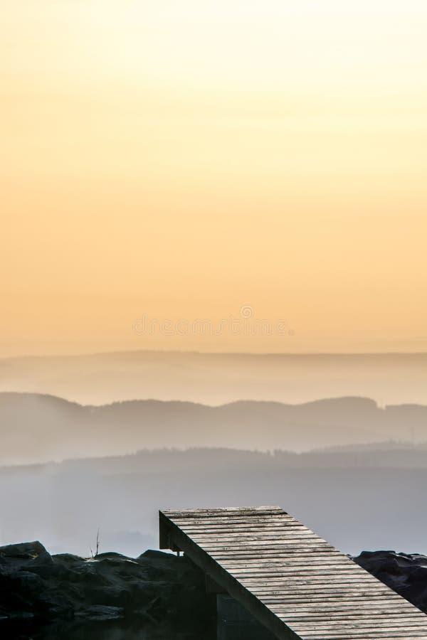 Eine Anlegestelle, die in ein Wolkenmeer führt lizenzfreie stockfotos
