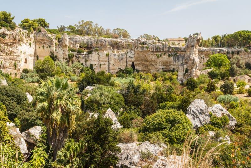 Eine Ansicht über alten Felsenfriedhof in Syrakus, Sizilien-Insel lizenzfreie stockfotografie