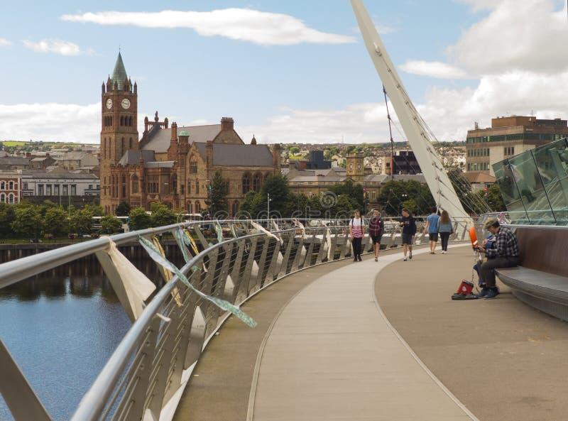 Eine Ansicht über den Fluss Foyle von der ikonenhaften Friedensbrücke zur berühmten Londonderry-Stadt-Innung Hall lizenzfreie stockfotos